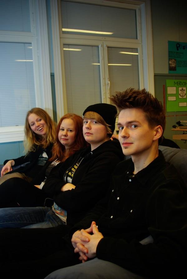 Paula Mäkinen, Jasmin Vahtera, Anniina Kauppinen ja Ilari Oinonen loikoilevat ennen ensimmäistä keikkaansa Maihittulan nuorisoseuralla.