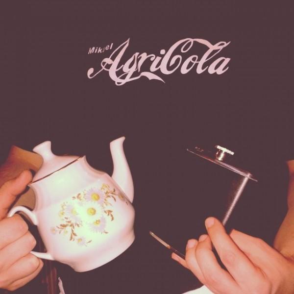 Juokaa teetä.