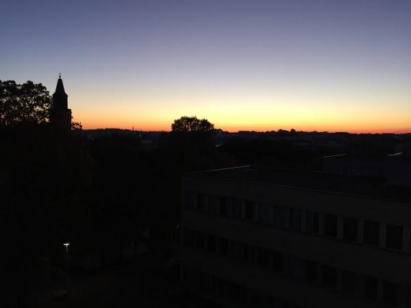 Feeniks-kirjaston parvekkeelta voi ihailla auringonlaskua.