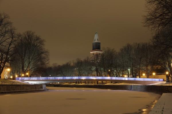 Talvista maisemaa Aurajoen rannasta.