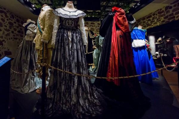 Turun linnassa voi ihailla Tyttökuningas-elokuvassa käytettyjä pukuja.