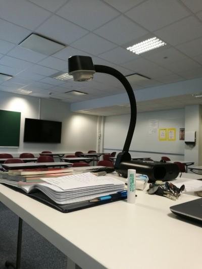 Hiljainen ja tyhjä luokkahuone ennen oman oppitunnin alkamista.