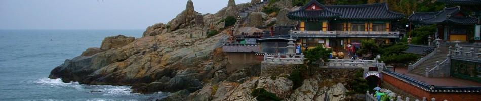 Meren rannalla sijaisteva temppeli (해동 용궁사) on rakennettu vuonna 1376