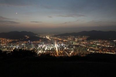 Busan, 부산, tarkoittaa padan muotoista vuorta. Busanin kaupunki on vuorten ympäröimä merenrantakaupunki