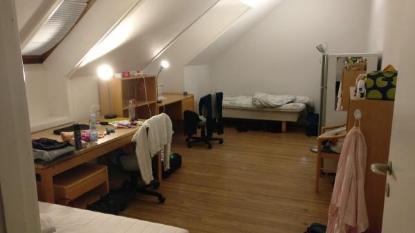 Kuva jaetusta huoneesta. Koostaan huolimatta huoneen jakaminen oli vaikeaa, sillä huonekämppiksellä ja minulla oli erilaiset elintavat.