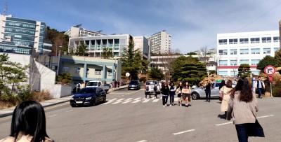 Matkalla luennolle. Korean kevät on ihan nurkan takana, ja päivisin lämpötilat lähtentelevät +20 astetta.