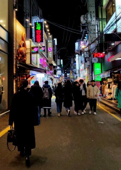 Kampuksen pääporteilta alkaa iso ostosalue, joka on yksi Busanin monista keskustoista. Yliopistoalueen keskustat ovat eläväisiä ja täynnä halpoja baareja ja ruokapaikkoja.