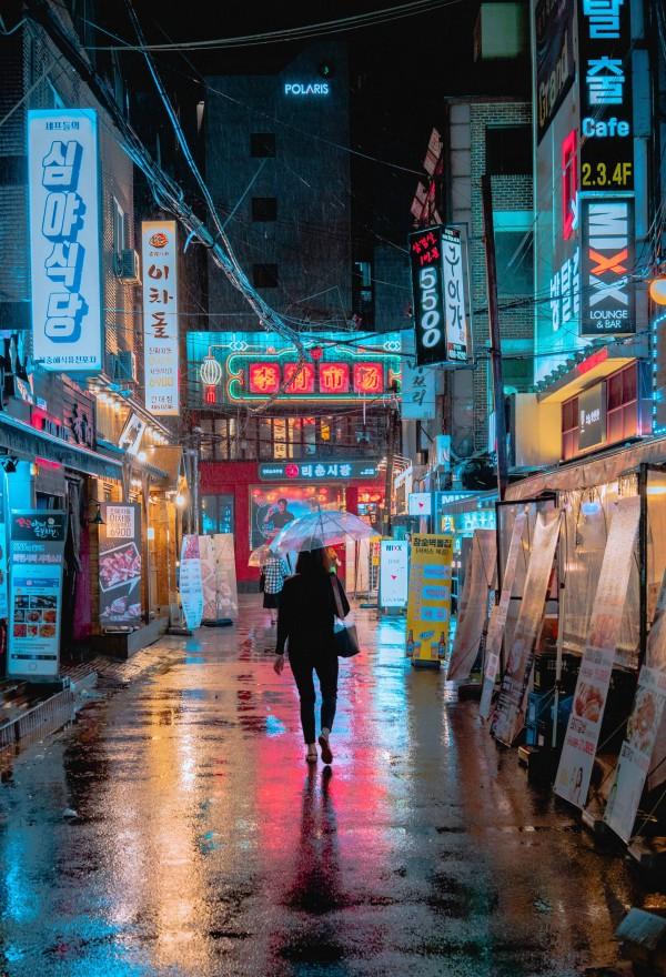 Värivalot kuuluvat oleellisesti Soulin yölliseen elämään, ja jo niiden valokuvauksellisuutta ihastellessa saa kulumaan aikaa useamman hetken.