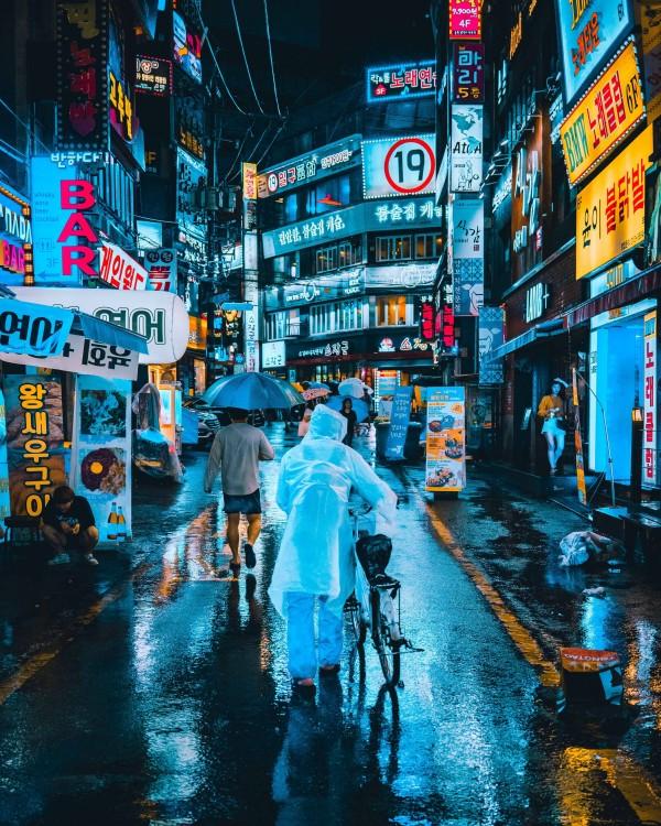 Sadekautena (kesä-elokuu) kannattaa kuljettaa hupullista sadetakkia tai sateenvarjoa aina mukana, sillä happosateet saattavat viedä hiukset päästä!