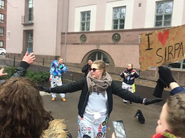 Atte Wiskarin turvatiimin Anniina Raunio estää innokkaita faneja syöksymästä lavalle. Kuva: Mira Orko.