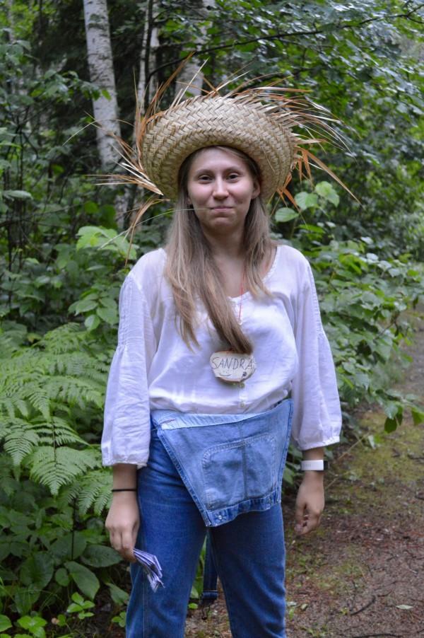 Joskus saman päivän aikana ehti olla opettaja, ohjaaja ja jopa maanviljelijä, kun simulaatiossa selvitäkseen leiriläisten tehtävänä oli viljellä itselleen ruokaa. Kuva: Emma Beddoe.