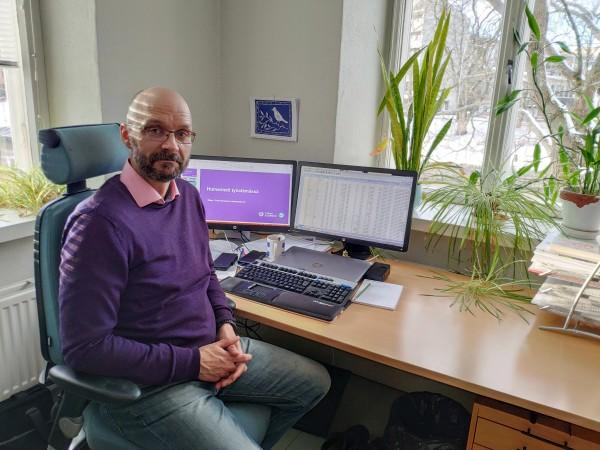 Juha Sainio on vastuussa muun muassa alumneille lähetettävistä työllistymiskyselyistä. Kuva: Lyyra Virtanen.