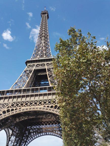 Eiffel-tornin näkeminen ensimmäistä kertaa tuntui melkein unelta. Kuva: Helmi Pusenius