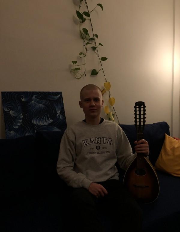 Kulttuurisopo Elias taitaa myös mandoliininsoiton!
